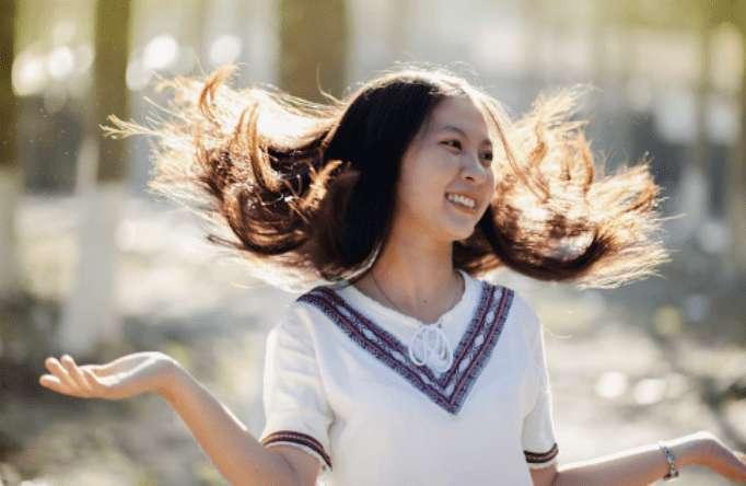 Hausmittel gegen fettige Haare – 17 tolle Tipps!