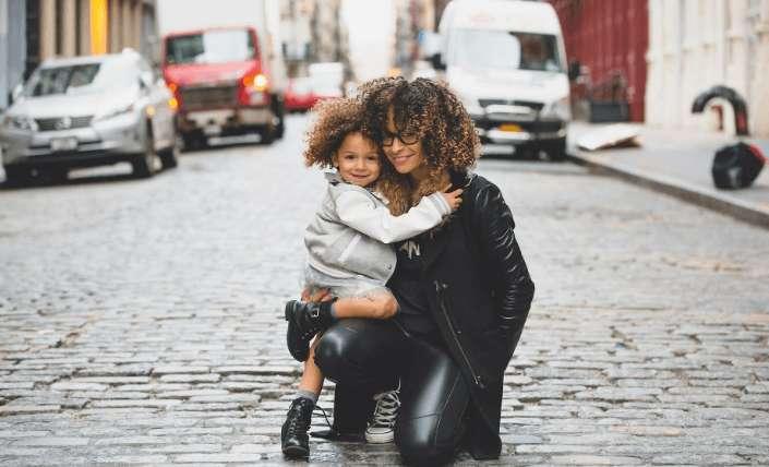 Helikopter Mutter – Gründe, Erziehung und Folgen