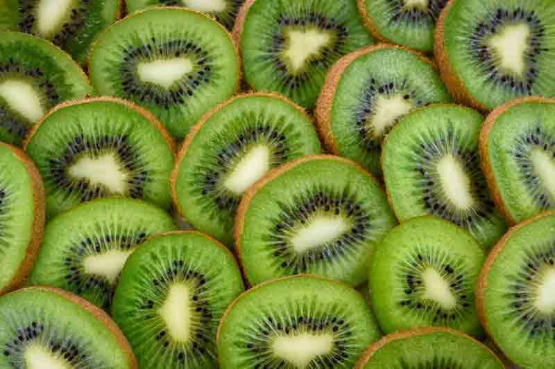 Kiwi mit Schale essen – ist das möglich und schmeckt das?